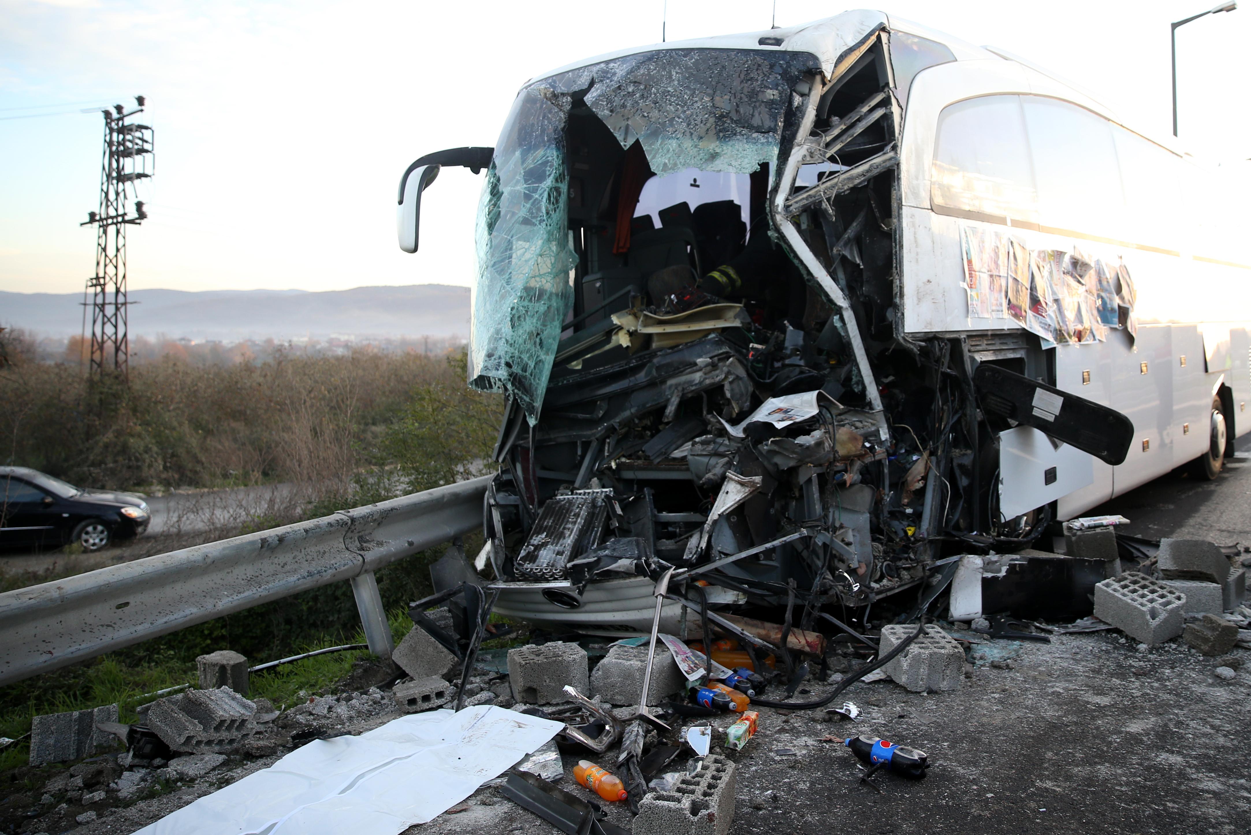 Düzce'de TEM otoyolunda yolcu otobüsünün tıra arkadan çarpması sonucu otobüs sürücüsü hayatını kaybetti, 10 yolcu yaralandı. ( Ömer Faruk Cebeci - Anadolu Ajansı )